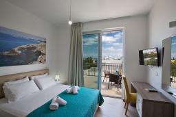 Спальня. Кипр, Каво Марис Протарас : Комплекс из двух современных вилл с 10-ю спальнями, 2-мя бассейнами, 6-ю ванными комнатами, барбекю, бильярдом, настольным теннисом, расположен в 400 метрах от пляжа Vizakia beach