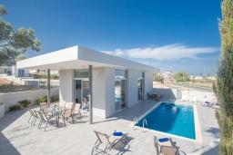 Вид на виллу/дом снаружи. Кипр, Каво Марис Протарас : Современная вилла с 5-ю спальнями, с бассейном, бильярдом, солнечной террасой с патио и барбекю, расположена в 400 метрах от пляжа Vizakia beach