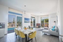 Гостиная. Кипр, Каво Марис Протарас : Современная вилла с 5-ю спальнями, с бассейном, бильярдом, солнечной террасой с патио и барбекю, расположена в 400 метрах от пляжа Vizakia beach