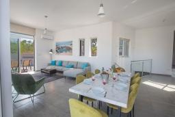 Обеденная зона. Кипр, Каво Марис Протарас : Современная вилла с 5-ю спальнями, с бассейном, бильярдом, солнечной террасой с патио и барбекю, расположена в 400 метрах от пляжа Vizakia beach