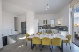 Кухня. Кипр, Каво Марис Протарас : Современная вилла с 5-ю спальнями, с бассейном, бильярдом, солнечной террасой с патио и барбекю, расположена в 400 метрах от пляжа Vizakia beach