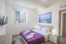 Спальня. Кипр, Каво Марис Протарас : Современная вилла с 5-ю спальнями, с бассейном, бильярдом, солнечной террасой с патио и барбекю, расположена в 400 метрах от пляжа Vizakia beach