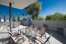 Терраса. Кипр, Каво Марис Протарас : Современная вилла с 5-ю спальнями, с бассейном, бильярдом, солнечной террасой с патио и барбекю, расположена в 400 метрах от пляжа Vizakia beach