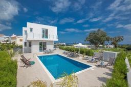 Вид на виллу/дом снаружи. Кипр, Каво Марис Протарас : Современная вилла с видом на море, с 5-ю спальнями, с бассейном, солнечной террасой с патио, барбекю, настольным теннисом и футболом, расположена в 400 метрах от пляжа Vizakia beach