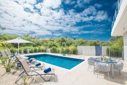 Бассейн. Кипр, Каво Марис Протарас : Современная вилла с видом на море, с 5-ю спальнями, с бассейном, солнечной террасой с патио, барбекю, настольным теннисом и футболом, расположена в 400 метрах от пляжа Vizakia beach