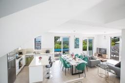 Кипр, Каво Марис Протарас : Современная вилла с видом на море, с 5-ю спальнями, с бассейном, солнечной террасой с патио, барбекю, настольным теннисом и футболом, расположена в 400 метрах от пляжа Vizakia beach