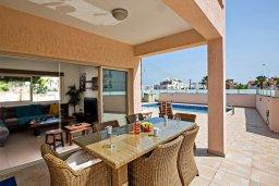 Обеденная зона. Кипр, Пернера : Уютная вилла с бассейном и приватным двориком с барбекю, 3 спальни, 3 ванные комнаты, парковка, Wi-Fi