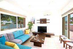Гостиная. Кипр, Пернера : Уютная вилла с бассейном и приватным двориком с барбекю, 3 спальни, 3 ванные комнаты, парковка, Wi-Fi