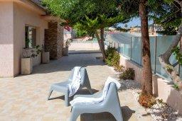 Территория. Кипр, Пернера : Уютная вилла с бассейном и приватным двориком с барбекю, 3 спальни, 3 ванные комнаты, парковка, Wi-Fi