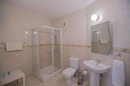 Ванная комната 2. Кипр, Фиг Три Бэй Протарас : Потрясающий апартамент с двумя спальнями, двумя ванными комнатами и балконом с шикарным видом на море, расположен в комплексе с бассейном всего в нескольких метрах от знаменитого пляжа Fig Tree Bay