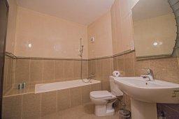 Ванная комната. Кипр, Фиг Три Бэй Протарас : Потрясающий апартамент с двумя спальнями, двумя ванными комнатами и балконом с шикарным видом на море, расположен в комплексе с бассейном всего в нескольких метрах от знаменитого пляжа Fig Tree Bay