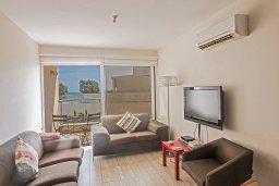 Гостиная. Кипр, Фиг Три Бэй Протарас : Потрясающий апартамент с двумя спальнями, двумя ванными комнатами и балконом с шикарным видом на море, расположен в комплексе с бассейном всего в нескольких метрах от знаменитого пляжа Fig Tree Bay