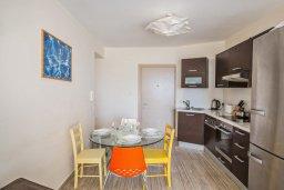 Кухня. Кипр, Фиг Три Бэй Протарас : Потрясающий апартамент с двумя спальнями, двумя ванными комнатами и балконом с шикарным видом на море, расположен в комплексе с бассейном всего в нескольких метрах от знаменитого пляжа Fig Tree Bay