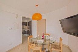 Обеденная зона. Кипр, Фиг Три Бэй Протарас : Апартамент с двумя спальнями, двумя ванными комнатами и балконом с шикарным видом на море, расположен в комплексе с бассейном всего в нескольких метрах от знаменитого пляжа Fig Tree Bay
