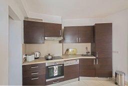 Кухня. Кипр, Фиг Три Бэй Протарас : Апартамент с двумя спальнями, двумя ванными комнатами и балконом с шикарным видом на море, расположен в комплексе с бассейном всего в нескольких метрах от знаменитого пляжа Fig Tree Bay