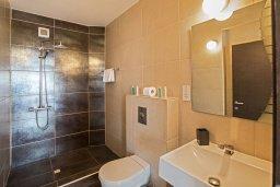 Ванная комната. Кипр, Фиг Три Бэй Протарас : Апартамент с двумя спальнями, двумя ванными комнатами и балконом с шикарным видом на море, расположен в комплексе с бассейном всего в нескольких метрах от знаменитого пляжа Fig Tree Bay