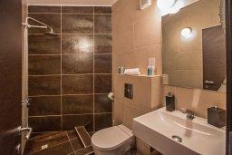 Ванная комната 2. Кипр, Фиг Три Бэй Протарас : Апартамент с двумя спальнями, двумя ванными комнатами и балконом с шикарным видом на море, расположен в комплексе с бассейном всего в нескольких метрах от знаменитого пляжа Fig Tree Bay