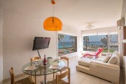 Гостиная. Кипр, Фиг Три Бэй Протарас : Апартамент с двумя спальнями, двумя ванными комнатами и балконом с шикарным видом на море, расположен в комплексе с бассейном всего в нескольких метрах от знаменитого пляжа Fig Tree Bay