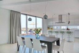Обеденная зона. Кипр, Аммос - Лимнария Бич : Современная вилла с потрясающим видом на Средиземное море, с 3-мя спальнями, с пейзажным бассейном с джакузи, солнечной террасой на крыше, барбекю, расположена на побережье Айя-Напы