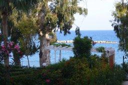 Вид на море. Кипр, Айос Тихонас Лимассол : Апартамент в 50 метрах от пляжа, с гостиной, отдельной спальней и балконом с видом на море