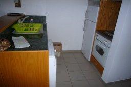 Кухня. Кипр, Айос Тихонас Лимассол : Апартамент в 50 метрах от пляжа, с гостиной, отдельной спальней и балконом с видом на море