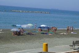 Ближайший пляж. Кипр, Айос Тихонас Лимассол : Апартамент в 50 метрах от пляжа, с гостиной, отдельной спальней и балконом с видом на море