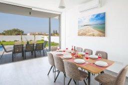 Обеденная зона. Кипр, Нисси Бич : Роскошная современная вилла с бассейном и зеленым двориком с барбекю, 4 спальни, 3 ванные комнаты, парковка, Wi-Fi