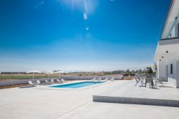 Территория. Кипр, Пернера : Современная просторная вилла с бассейном и большим двором с барбекю, 6 спален, 3 ванные комнаты, парковка, Wi-Fi