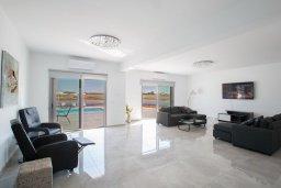 Гостиная. Кипр, Пернера : Современная просторная вилла с бассейном и большим двором с барбекю, 6 спален, 3 ванные комнаты, парковка, Wi-Fi
