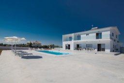 Фасад дома. Кипр, Пернера : Современная просторная вилла с бассейном и большим двором с барбекю, 6 спален, 3 ванные комнаты, парковка, Wi-Fi
