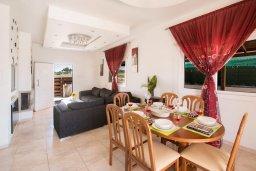 Обеденная зона. Кипр, Ионион - Айя Текла : Уютная вилла с бассейном и двориком с барбекю, 2 спальни, 2 ванные комнаты, парковка, Wi-Fi