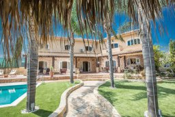 Фасад дома. Кипр, Санрайз Протарас : Уютная вилла с бассейном и зеленым двориком с барбекю, 5 спален, 3 ванные комнаты, парковка, Wi-Fi
