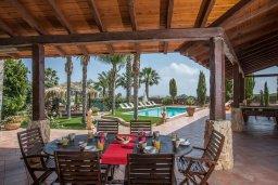 Обеденная зона. Кипр, Санрайз Протарас : Уютная вилла с бассейном и зеленым двориком с барбекю, 5 спален, 3 ванные комнаты, парковка, Wi-Fi