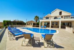 Вид на виллу/дом снаружи. Кипр, Нисси Бич : Роскошная вилла с видом на море и на горы, с 5-ю спальнями, с бассейном, тенистой террасой с патио и барбекю, в окружении зелёного сада, расположена в тихом районе Ayia Napa