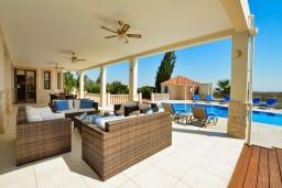 Терраса. Кипр, Нисси Бич : Роскошная вилла с видом на море и на горы, с 5-ю спальнями, с бассейном, тенистой террасой с патио и барбекю, в окружении зелёного сада, расположена в тихом районе Ayia Napa