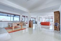 Гостиная. Кипр, Нисси Бич : Роскошная вилла с видом на море и на горы, с 5-ю спальнями, с бассейном, тенистой террасой с патио и барбекю, в окружении зелёного сада, расположена в тихом районе Ayia Napa