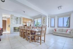 Обеденная зона. Кипр, Нисси Бич : Роскошная вилла с видом на море и на горы, с 5-ю спальнями, с бассейном, тенистой террасой с патио и барбекю, в окружении зелёного сада, расположена в тихом районе Ayia Napa