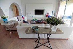 Гостиная. Кипр, Айос Тихонас Лимассол : Стильный апартамент с гостиной, тремя спальнями, двумя ванными комнатами и балконом с видом на море
