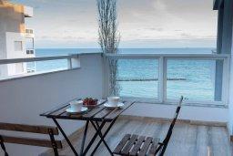 Балкон. Кипр, Гермасойя Лимассол : Современный апартамент на берегу моря, с гостиной, тремя спальнями и балконом с шикарным видом на море