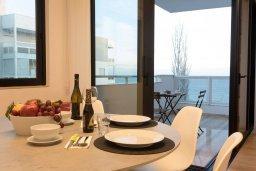 Обеденная зона. Кипр, Гермасойя Лимассол : Современный апартамент на берегу моря, с гостиной, тремя спальнями и балконом с шикарным видом на море