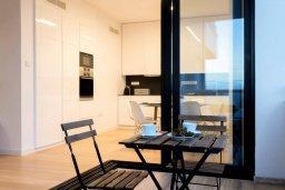 Кухня. Кипр, Гермасойя Лимассол : Современный апартамент на берегу моря, с гостиной, тремя спальнями и балконом с шикарным видом на море