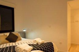 Спальня. Кипр, Гермасойя Лимассол : Современный апартамент на берегу моря, с гостиной, тремя спальнями и балконом с шикарным видом на море