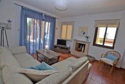 Гостиная. Кипр, Ионион - Айя Текла : Уютная вилла с 3-мя спальнями, 3-мя ванными комнатами, тенистой террасой с патио и барбекю, расположена в закрытом комплексе с бассейном