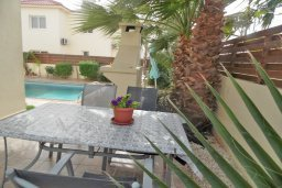 Обеденная зона. Кипр, Нисси Бич : Очаровательная вилла с 3-мя спальнями, с бассейном, в окружении ландшафтного сада, тенистой террасой с патио и каменным барбекю, расположена недалеко от знаменитого пляжа Nissi Beach