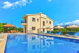 Вид на виллу/дом снаружи. Кипр, Лачи : Очаровательная вилла с видом на залив Chrysochous, с 4-мя спальнями. 4-мя ванными комнатами, бассейном в окружение пышного зелёного сада, с солнечной террасой с беседкой и барбекю