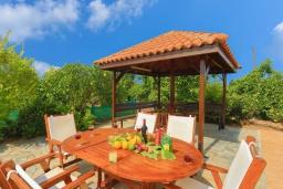 Беседка. Кипр, Лачи : Очаровательная вилла с видом на залив Chrysochous, с 4-мя спальнями. 4-мя ванными комнатами, бассейном в окружение пышного зелёного сада, с солнечной террасой с беседкой и барбекю