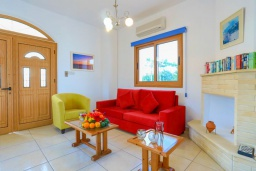 Гостиная. Кипр, Лачи : Очаровательная вилла с видом на залив Chrysochous, с 4-мя спальнями. 4-мя ванными комнатами, бассейном в окружение пышного зелёного сада, с солнечной террасой с беседкой и барбекю