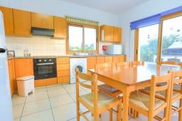 Кухня. Кипр, Лачи : Очаровательная вилла с видом на залив Chrysochous, с 4-мя спальнями. 4-мя ванными комнатами, бассейном в окружение пышного зелёного сада, с солнечной террасой с беседкой и барбекю