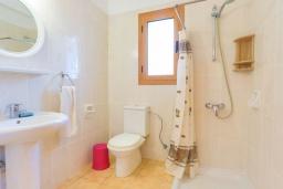 Ванная комната. Кипр, Лачи : Очаровательная вилла с видом на залив Chrysochous, с 4-мя спальнями. 4-мя ванными комнатами, бассейном в окружение пышного зелёного сада, с солнечной террасой с беседкой и барбекю