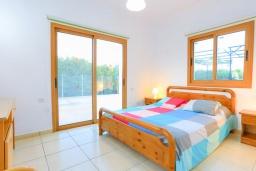 Спальня. Кипр, Лачи : Очаровательная вилла с видом на залив Chrysochous, с 4-мя спальнями. 4-мя ванными комнатами, бассейном в окружение пышного зелёного сада, с солнечной террасой с беседкой и барбекю